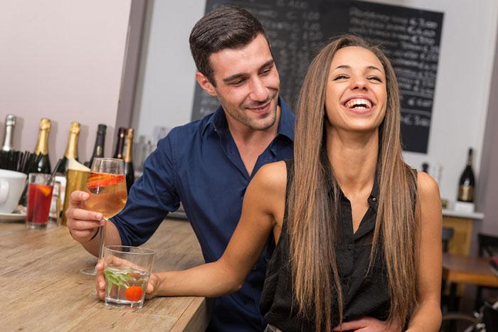 Flirtsignale Mann vs Flirtsignale Frau - elitepartnerde
